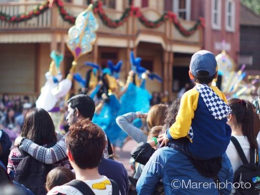 パレードに見入る男の子
