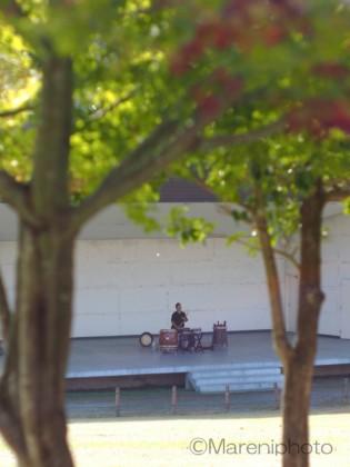 和太鼓を打つ青年