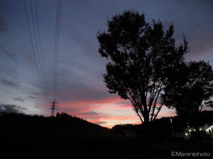 赤く染まった雲が見える日没後の空