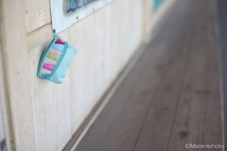 壁につるされた布の小物入れ