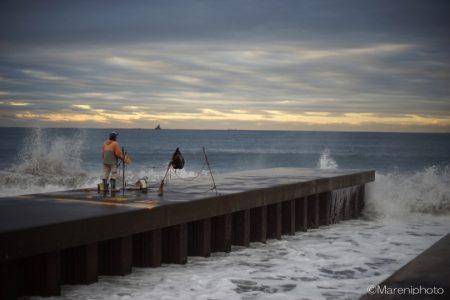 海を見つめる釣り人