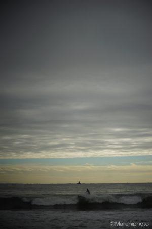 曇り空とサーファー