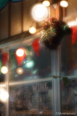 クリスマスリースが飾られた食堂の軒先