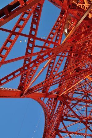 青空と東京タワーの鉄骨