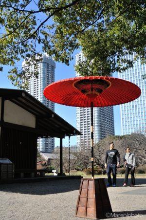 大きな赤い和傘を手前に