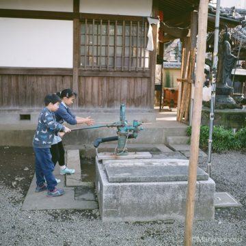 境内の井戸で手を洗う