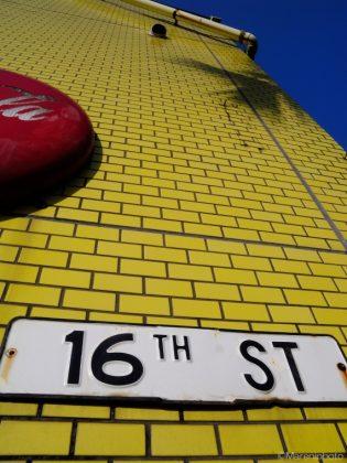 黄色いタイル壁