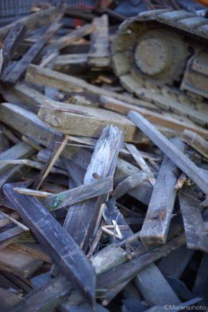 壊されて積まれた木材