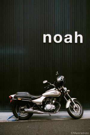 黒壁にバイク