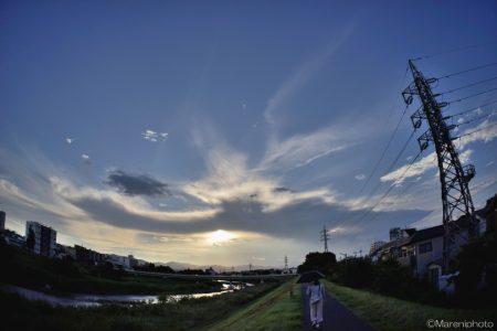 夕方の空と川