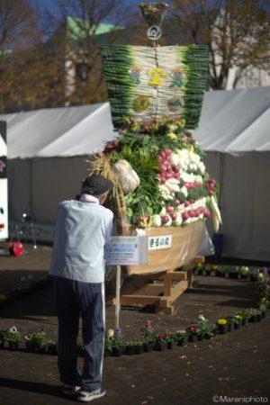 野菜の宝船を撮る人