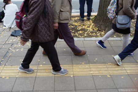 歩道を往く人の足