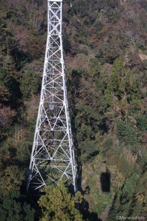 ロープウェイの鉄塔と影