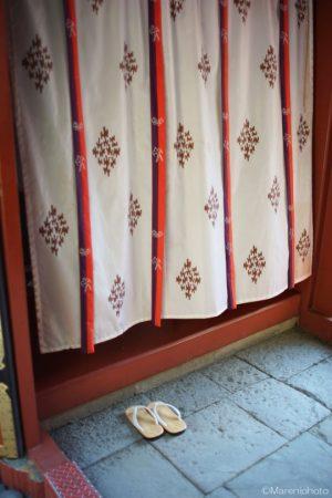 暖簾と草履