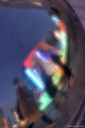 球体に映る街並みと人影