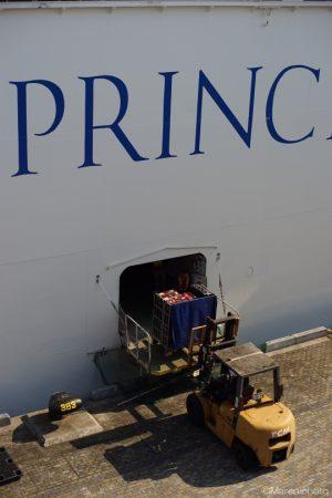 客船への荷物の積み込み