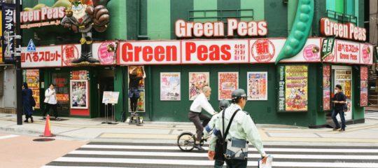 緑色のビルの前