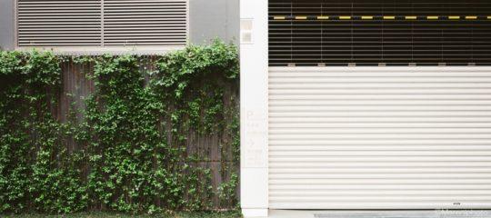 緑の塀と白いシャッター