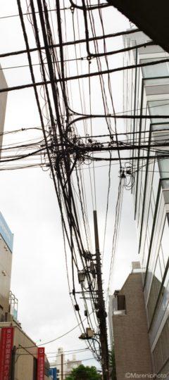 交差する電線