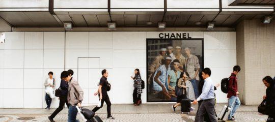 広告看板の前を通り過ぎる人々