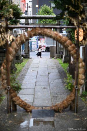神社の前を通る人