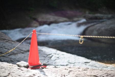 規制のコーンとロープ