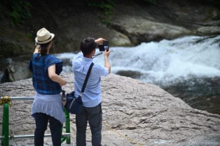 滝の流れを撮る人