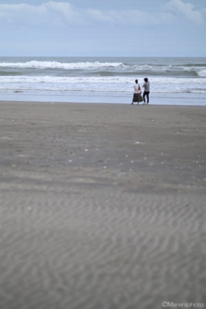 浜辺を歩く人