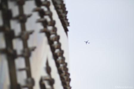 モニュメントと飛行機