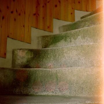 すり減った石の螺旋階段