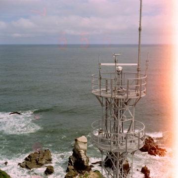 灯台の上から望む海