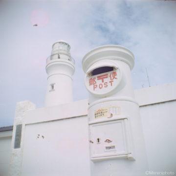 白い灯台と白い壁と白いポスト