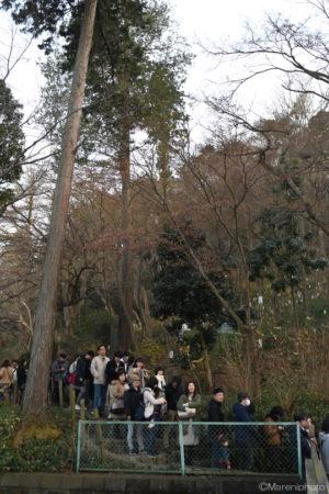 山道に並ぶ人々