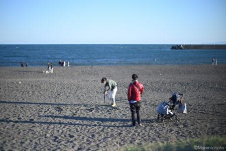 砂浜に字を書く人