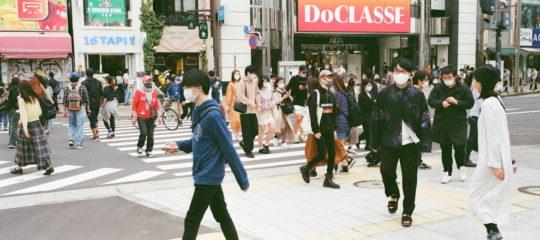 新宿駅前を歩く人