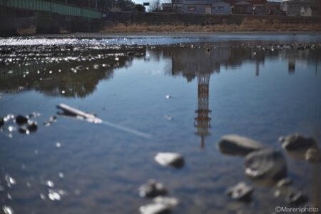 川面の鉄塔
