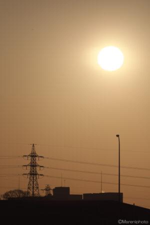 太陽と鉄塔と外灯