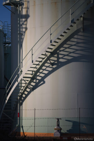タンクの階段と影