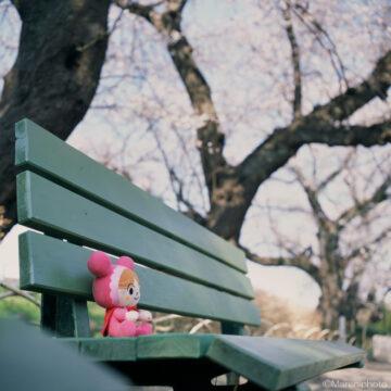 ベンチに座る人形