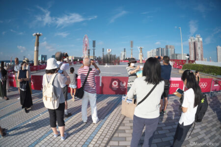 TOKYO2020聖火台に集まる人々