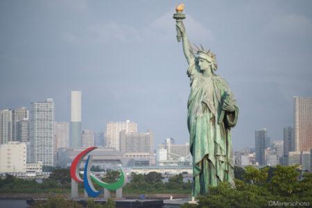 パラリンピックマークのオブジェと自由の女神
